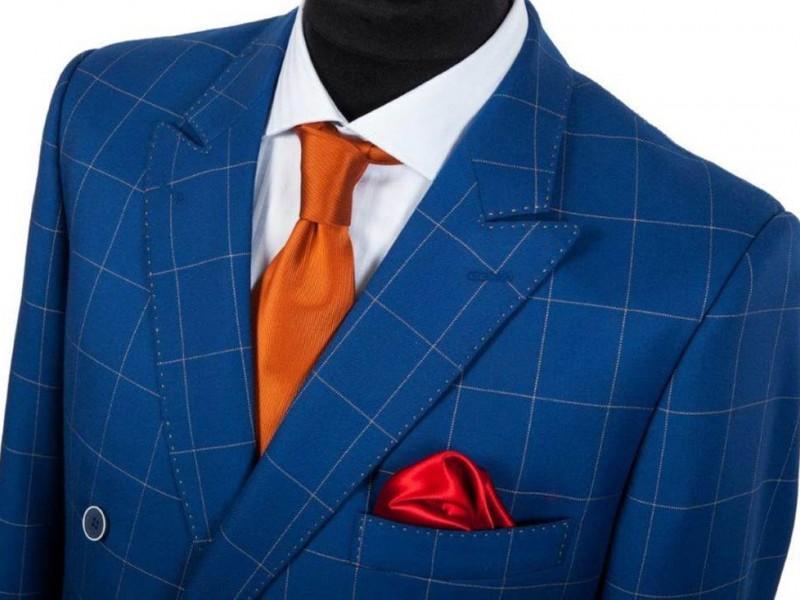 niebieski garnitur w kratkę